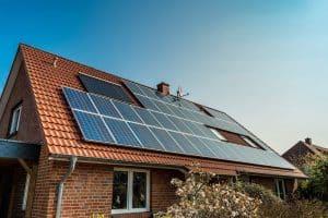 Panel surya dipasang di rumah