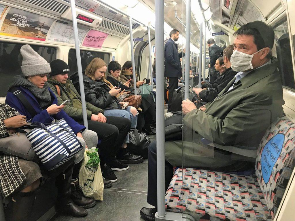 Komuter di kereta bawah tanah