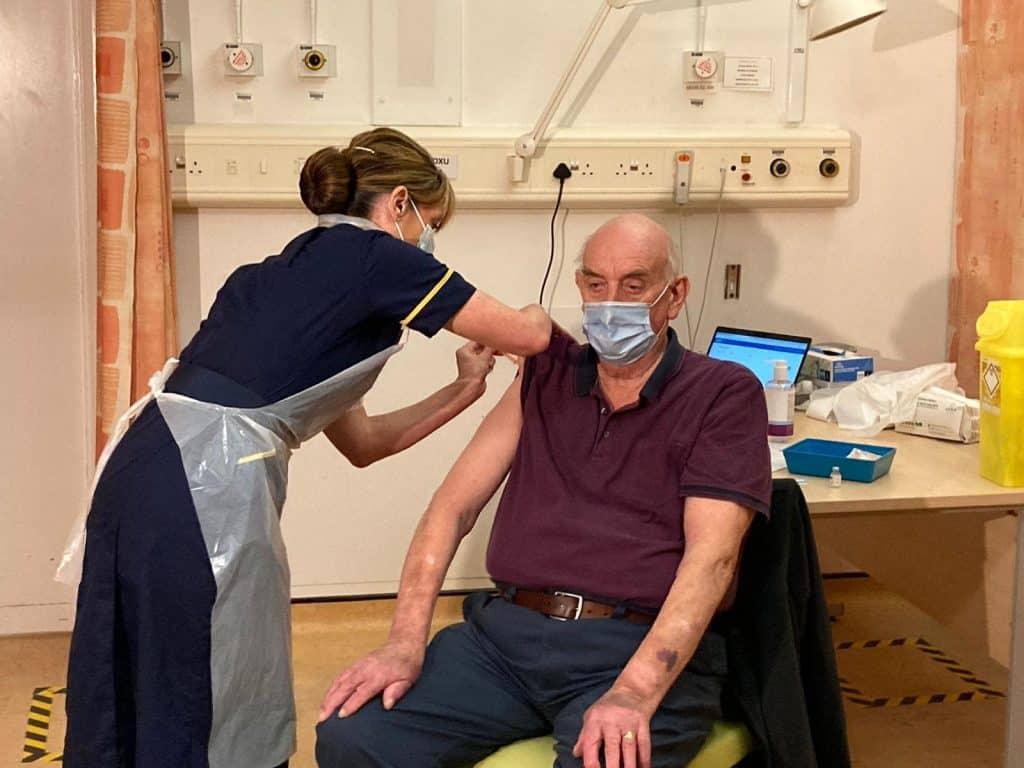 Brian Pinker, 82 tahun, adalah orang pertama yang mendapatkan vaksin Oxford-AstraZeneca